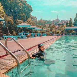 """Pipi yang membesar melambangkan kemakmuran yang hqq"" - Nesa, 20++, sedang masa pertumbuhan.⁣⁣Difotoin apingwati @monstrgrm⁣⁣⁣#swimming #livefolk #blue #instadaily #earth #traveling #nature #weekend #wonderlust #throwbackthursday #travelblogger #picoftheday #happy #metime #bandung #sky #hijab #photoshoot #indonesia #art #explorebandung #photooftheday #ootd #travel #photography #outdoors #throwback #trees #clozetteid #girl"