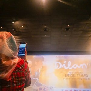 Do what you love, love what you do~  Sewaktu hadir di presscon Film Dilan 1991 kemarin. Mari geser ➡️➡️ untuk melihat dedek Dilan dan Milea. 🙈  #Dilan1991 #dilan1990 #presscon #movie #duty #agencylife #ahensilyfe #digitalagency #socialmedia #girl #vscocam #hijab #hotel #media #happy #clozetteid #film #socialmediaofficer #working #photooftheday #jakarta #kemang #launching #sonya5100 #explorejakarta
