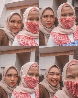 Upload ini biar ditanya kenapa nggak pake masker. 🤣Meskipun aku #teamnamdosan dan @maliasiza #teamhanjipyeong yang penting kita nggak bermusuhan apalagi jambak-jambakan. Btw tiap hangout bareng jarang banget foto berdua. Entah karena saking menikmati atau emang males aja. Haha! Mohon doanya ya, kita lagi berusaha buat jadi manusia aesthetic, baik dalam perbuatan dan membuat karya. ✨#friends #bestie #aesthetic #hijab #friendship #clozetteid