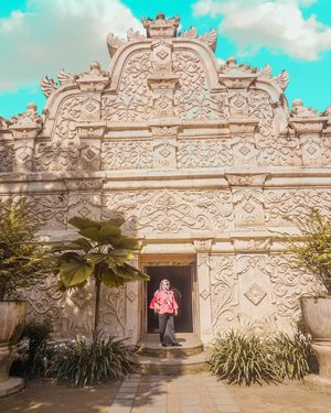 """Yang paling penting itu bukan seberapa banyak tempat yang sudah kamu singgahi, tapi seberapa banyak kamu bisa mengambil makna dari tiap perjalananmu itu. ""- Lilis, 20+, lagi di angkot riung bandung-dago. 🚐#clozetteid #vintage #holiday #livefolk #vacation #instadaily #earth #traveling #nature #temple #wonderlust #throwbackthursday #travelblogger #picoftheday #sonya5100 #blue #yogyakarta #sky #hijab #photoshoot #indonesia #girl #explorejogja #photooftheday #ootd #travel #photography #outdoors #throwback #tamansari"