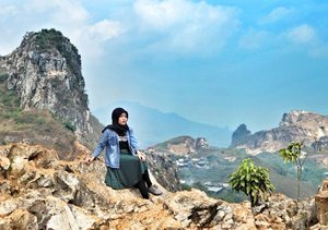 This view look like one of background on photo studio. 😂  Taken by @thebeautraveler . . . . .  #vsco #vscocam #exploreindonesia #livefolk #vacation #tree #traveling #afternoon #clozetteid #girl #world #stonegarden #earth #nature #instadaily #geopark #igers #travelgram #hijab #photoshoot #picoftheday #bandung #photooftheday #travel #photography #outdoors #throwback #green #sky #wesjava