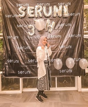 #ootd kali ini dipersembahkan oleh rok pasar klewer cuma 40rban aja. 😆Photo by bunda @malarea#happy #birthday #friends #iphoneonly #throwback #instadaily #batik #hijabfashion #party #design #white #monochrome #lifestyle #picoftheday #balloon #hijab #blackandwhite #explorebandung #bandung #photoshoot #ahensilyfe #agencylife #digitalagency #photooftheday #clozetteid #hijabstyle #photography #happiness #serunicreative