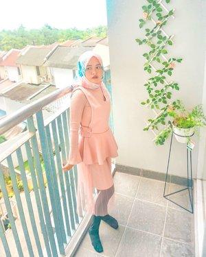 Ada yang suka main @zepeto.officialnggak? Aku lagi kecanduan nih, sebagai netijen ku hanya bisa ngarep semoga nanti segera menyusul fitur zepeto berhijab. 🤭#vsco #ootd #2019 #livefolk #vacation #instadaily #airbnb #staycation #happiness #weekend #pastel #throwbackthursday #travelblogger #picoftheday #travel #pink #instatravel #hijab #girl #photoshoot #clozetteid nature #green #photooftheday #explorebandung #igers #photography #zepeto #throwback #bandung