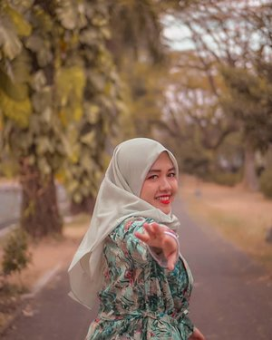 Happy monday dari aku yang punya hijab baru dari @zayanaorganic!!Jadi sebenernya ini adalah hijab organic keduaku. Alasan suka pakai hijab ini karena menggunakan 100% bahan organic tanpa polyester / plastik, dapat menyerap keringat 3x lebih cepat, dan yang paling penting nggak bikin budek. Bener-bener adem buat kulit kepala! Oh ya, yang aku pakai Essential Cactus Hijab series polosannya dari @zayanaorganic. Ukurannya lumayan besar dan bisa dipakai untuk hijab syari. Kamu juga bisa lihat-lihat koleksi lainnya di instagram @zayanaorganic. Produk terbarunya ada ikat rambut anti pusing lho!Sekarang kamu bisa beli @zayanaorganic lebih mudah. Bisa langsung lewat shopee atau website. Untuk harganya terjangkau banget buat hijab sebagus ini! Buat yang mau beli hijab @zayanaorganic via website kamu bisa dapat potongan harga Rp.10.000 pakai code voucher: ZAYANALARASKalau kamu udah punya hijab organic belum? 😆❤️📷: @sekalasenja#HijabPalingAdem #IkatRambutAntiPusing #ZayanaOrganic #Hijab #ootd #green #outdoors #tropical #mint #nature #girl #clozetteid #photooftheday #photography #bandung #explorebandung #travel