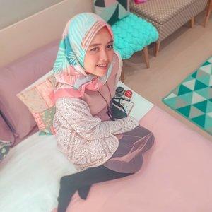 Nggak mau kalah dengan orang lain, Lilis pun ikutan #10yearschallenge. Yuk swipe ➡️➡️ untuk lihat perubahannya 🤭#ootd #2019 #livefolk #vacation #instadaily #airbnb #staycation #happiness #hijabfashion #pastel #throwbackthursday #travelblogger #picoftheday #travel #pink #instatravel #hijab #girl #photoshoot #clozetteid #art #design #photooftheday #explorebandung #igers #photography #happy #throwback #bandung