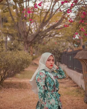 Nama: NesaPenghargaan: Pemenang angket terjutek seangkatan waktu di sekolah.Don't judge book by the cover. Gpp. Orang boleh bilang w jutek. Yang penting biuti insait, not outsait. 😂#hijab #tree #clozetteid #livefolk #travelblogger #instadaily #yolo #green #vintage #city #flowers #vacation #instatravel #picoftheday #travel #travelgram #wonderlust #explorebandung #nature #photoshoot #traveling #visitbandung #sky #photooftheday #building #throwbackthursday #photography #outdoors #throwback #tropical