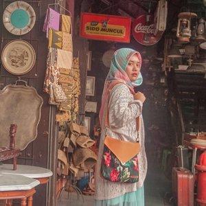 Tadi ke pasar antik, tapi kok nggak ketemu mantan. 🤭Sling bag by @someah_idDifotoin @amelsg#someahlovers #livefolk #vacation #instadaily #earth #traveling #shop #weekend #wonderlust #throwbackthursday #travelblogger #picoftheday #pasartriwindu #old #solo #vintage #hijab #photoshoot #indonesia #art #exploresolo #photooftheday #ootd #travel #photography #outdoors #throwback #market #clozetteid #girl