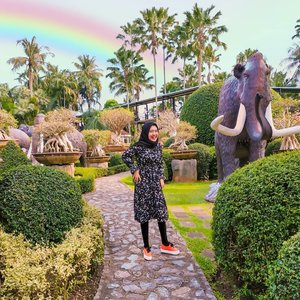 Senyum itu ibadah ukh, apalagi kalau tetep senyum habis check-out belanjaan dari Shopee. Maaf sekadar mengingatkan 🙏  #tree #green #rainbow #elephant #vacation #instadaily #blue #flowers #sky #nature #clozetteid #throwbackthursday #travelblogger #picoftheday #travel #pattaya #instatravel #nongnooch #thailand🇹🇭 #photoshoot #wonderlust #girl #thailand #photooftheday #explorethailand #igers #photography #outdoors #throwback #bangkok