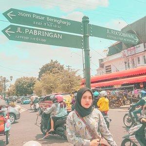 Nes, jalan-jalan mulu nih kerjanya kapan? | Ah nanya-nanya mulu nih spanduk pecel lele.  Photo by @sekalasenja  #hijab #clozetteid #heritage #livefolk #travelblogger #instadaily #yolo #malioboro #vintage #city #street #history #instatravel #picoftheday #travel #travelgram #wonderlust #explorejogja #yogyakarta #photoshoot #traveling #visitjogja #beringharjo #photooftheday #building #weekend #photography #outdoors #throwback #afternoon