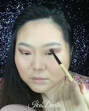 "Eyelook kemarin sederhana banget teman teman, cuma pakai 3 warna, coklat muda buat transisi, ungu gelap buat bagian luar mata dan liquid glitter super pigmen di bagian kelopak mata. Yuk cobain �🥰  Eyeshadow : @beautyglazed Gorgeous Me Eys Shadow Trau @madame.gie Blink Fame Liquid Eyeshadow 06 Lipstick:@latulipecosmetiques_  Lip Tint ""Butterscotch""  #clozette #clozetteid #makeuptutorial #makeup #beautyglazed #madamegieliquideyeshadow #beautyjournal #femaledailynetwork"