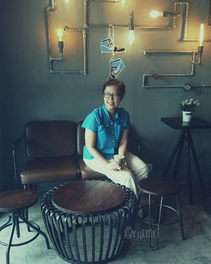 Take a quick photo at coffee shop @kopikebut 😝 It's not a very spacious coffee shop but is okay I think to bring your work. They have another room for smokers. You can just sit here enjoying your coffee or non coffee have your me time. . . . . . #ootd  #officewear  #clozetteid  #kopi  #coffeeshop  #coffee  #life  #lifestyle  #foodie  #chocolate