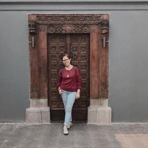 Signature pose, bukan apa2 sih.� � Setelah percobaan tak kenal lelah dan muka tembok, hanya pose ini yang bikin halusinasi seolah saya ramping. Padahal aslinya mah rempong �🤦�♀� Makasih ya @darsehsri buat bagi foto rame2 & @keiinathania buat fotoin mamak rempong 😘. � � � #ootd #clozetteid #after40 #fashion #casual #potd #life #woman #style #jeans #red #jakarta