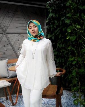 Apa hal yang kalian syukuri hari ini?   Salah satu hal yg aku syukuri hari ini, bisa nyapa mentemen online hari ini. Hai, Assalamu'alaikum 🤝  Eh btw kalian kalau pake baju putih suka takut kotor ga sih?   🧕🏻 by @febtarinaofficial 📷 by @helgamyles 📍 @sakabistrobar  #febtarinarcom #febtarinarcom #hijabchic #fashionblogger #bloggerbandung #hijabbloggerbandung #bandunghijabblogger #bloggerperempuan #clozetteid #bccsquad #ootd #hotd #hijaboutfit #hijabfashion #hijaboutfitoftheday
