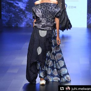 "Looking back at Lakmé Fashion Week on my new blog post. Get a glimpse on what goes on backstage. This post also features the looks designed and styled by @manishamelwani and @juhi.melwani CLICK THE LINK ON MY BIO! #Repost @juhi.melwani with @repostapp ・・・ ""English mein tie dye, japanese mein shibori aur hindi mein bandhani kehte hai."" - Azizji (bandini textile artisan). He created this textile inspired by the rains of kutch. He is extremely proud of the kutch culture and shows it through his artwork. His work is so intricate that it takes almost 7-8 months to complete a saree. This ^ is true textile couture.  Thank you Azizji! Without artisans like you, designers like us can never grow!  Look designed by @manishamelwani and me.  #gosustainable #lakmefashionweek #artisansofkutch"