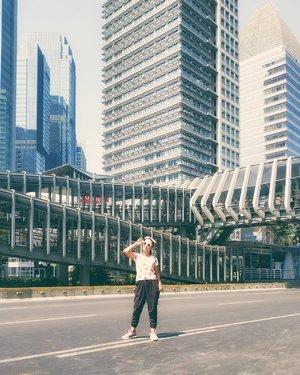 Good moring sunshine!!Hari ini siap2 balik ke Jakarta lagi....Oh hellow deadline, i can see you from here!!.📷 @rimasuwarjono#anitamayaadotcom #bloggerslife #clozetteid #ootd #latepost