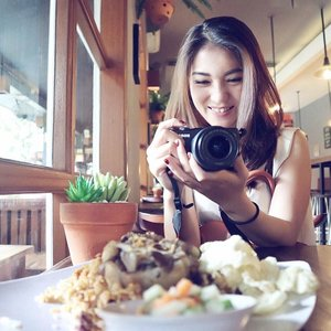 . Good coffee, good food, good place, good mood at @mellysgarden Menteng. Besok aku mau ceritain pengalamanku icip2 makanan disini.. Buat kalian yg suka foto2, disini banyak spot #instagramable juga! . #warungkopimellys #mellysgarden #oxtailfriedrice #favorite #goodfood #goodmood #foodie #happyplace #gardenresto #clozetteid #food