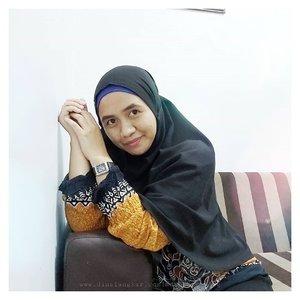 "Suka ribet nyari posisi buat foto, biar keliatan bagus. waktu ngecek hasil foto ""Kok kayak ibu2 yaa"" 🤔 kata paksu, ""Emang udah ibu2 anak 2, umur udah 27. emang suka gak tau diri sih"" 🤣🤣🤣.#beautybloggerindonesia #bloggerindonesia #bloggerlifestyle #kumpulanemakblogger #bloggerperempuan #clozette #clozetteid"