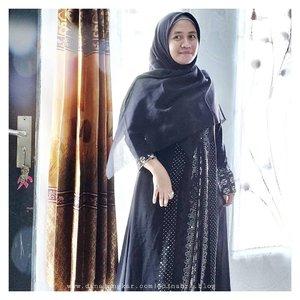 Lagi suka nonton Vlog2 TKI di arab, jd kepengen pakai gamis2 terus kalau keluar rumah biar gak cape nge max and match baju. wkwk...tapi ini nama nya abaya, bukan gamis..walaupun sama aja lah bentuk nya tapi sebenarnya beda ! sama kayak Hijab, khimar, bergo, pasmina. inti dan fungsi nya sama. tapi beda bentuk aja...#clozette #clozetteid #influencermom #influencerbanjarmasin #barabaibungas #banjarbungas #abaya #abayahitam