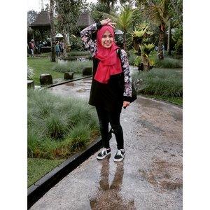 Nyakituwelah ~Dachi dress #fleur by @berrybenkashop #clozetteid #COTW #BackToBlack #berrybenka #ootd #hijab