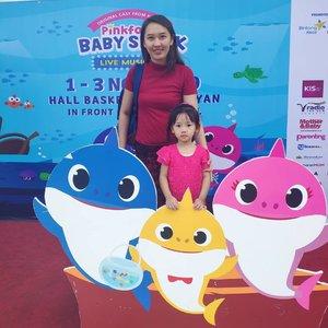 Keseruan minggu lalu, jadi saya dan Hannah berkesempatan nonton Baby Shark Live di Hall Basket GBK Jakarta.Gimana serunya? Yang pasti seneng, dan excited banget, serta di lokasi ada penitipan stroller juga which is helpful buat yang bawa baby.Dibuka dengan lagu Baby Shark yang fenomenal, show ini menceritakan Daddy Shark mencari Baby Shark yang hilang, lalu meminta bantuan Pink Fong dan Hogi.Selengkapnya juga sudah tayang di blog www.innovamei.comThank you @tiketcom @emak2blogger @babysharklivetour @pinkfong.official.......#tiketcom #semuaadatiketnya #babyshark #Clozetteid #blogger #tiketdotcom
