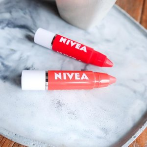 Back with my mini review! Finally I have an effort to try lip crayon @nivea_id. It all begun when I got invitation to join their webinar for NIVEA Lip Crayon launch. I was so excited! 😍⁣ ⁣ The launch campaign theme is #TwoStayConnected. It's about to keep communicate with your relatives or family and what kind of activities you can do during social distancing. One of them is flower arrangement creative kit by @polastudio. And didn't realise do this stuff kinda relaxing for me. 😄⁣ ⁣ Since we currently lock down day-4 in Auckland, I guess this activity is one of a kind. I usually do drawing, cooking, or play puzzle. But mostly binge K-drama 😂⁣ ⁣ Anyway… If you like something simple and practical. I think NIVEA lip crayon is the answer. NIVEA lip crayon comes with 2 shades; Poppy Red and Coral Crush. It has duo formula as lip care and lipstick. But personal opinion, the texture itself is not that pigmented. Its combination of lip tint + lip gloss. You need to apply multiple time till get better result. But please bear with it, it won't be like lip cream with high pigmented coverage. Its transfer but still moisturised your lips.⁣ ⁣ Overall, I highly recommend for you who want to look fresh but not exaggerate. This is perfect for student, quick meeting call or hang out. 👄😉⁣ ⁣ Complete review in Indonesia is published on my blog nonahitampahit.com ⁣ ⁣⁣⁣⁣⁣⁣ —————————————————————————⁣⁣⁣⁣⁣⁣⁣⁣⁣⁣⁣⁣⁣⁣⁣⁣⁣⁣⁣⁣⁣⁣⁣⁣⁣⁣⁣⁣⁣⁣⁣⁣⁣⁣⁣⁣⁣⁣⁣⁣⁣⁣⁣⁣⁣⁣⁣⁣⁣⁣⁣⁣⁣⁣⁣⁣⁣⁣⁣⁣⁣⁣⁣⁣⁣⁣⁣⁣⁣⁣⁣⁣⁣⁣⁣⁣⁣⁣⁣⁣⁣⁣⁣⁣⁣⁣⁣⁣⁣⁣⁣⁣⁣⁣⁣⁣⁣⁣ #Nona_HitamPahit #clozetteID #beautyblogger ⁣⁣#beautyjournal  #beautyblog #auckland #aucklandblogger ⁣ #aotearoanz🇳🇿