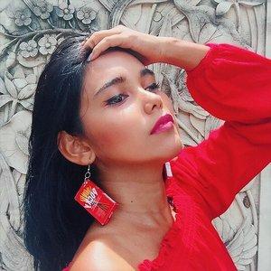 Excuse my earring. It's attention seeker 💃🏻🤫 Kalau Aku ngadain giveaway, kira-kira pada mau ikutan nggak? 🤔🤔🤔 ————————————————————————— #𝐍𝐨𝐧𝐚_𝐇𝐢𝐭𝐚𝐦𝐏𝐚𝐡𝐢𝐭 #clozetteid #beautyblogger #tannedgirl #canggucomunity #earrings #giveawayalert