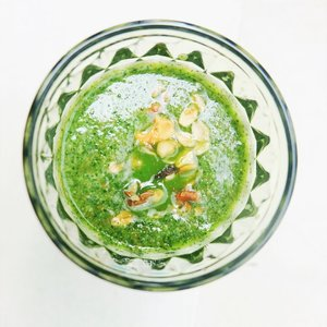 Good morning! 🌞The theme of this week is GREEN!Green smoothies that totally easy to make! I'm using kale, spinach, coconut water, a pinch of chia seeds, banana and pineapple. Don't forget adding a bit of granola on top! VOILA! 🌈🥬🍍🥦🍵—————————————————————————#𝐍𝐨𝐧𝐚_𝐇𝐢𝐭𝐚𝐦𝐏𝐚𝐡𝐢𝐭 #clozetteid #beautyblogger #tannedgirl #canggucomunity #followme #greensmoothie #explorebali