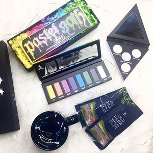 To brighten my dark side life with colourful Pastel Goth Eyeshadow Palette & Alchemist Holographic Highlighter Palette from @katvondbeauty 💛❤️💙💜💚 Thank you @wcommunications.sg 💖💖💖 Also @vpressocoffee Cold Brew Vietnamese Coffee ☕️from @charis_official is totally saving day🖤🖤🖤 ----- #ladies_journal #katvond #pastelgoth #alchemistpalette #clozette #clozetteid #beauty #beautygram #makeup #makeupgeek #makeuplover #makeupjunkie