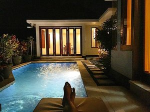 Our place for 10 days 😏 with private swimming pool, personal dining room, @iteiteite 's favourite bathtub 🛁 and also outdoor shower room ❣#ladies_journal #clozetteid #clozetteambassador #clozette #holiday #bali #villa #pandevilla