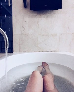 Good Night �. . . . #ladies_journal #clozette #clozetteid #instagood #nusadua #indonesia #travelling #holiday #bali #bathtube #relaxing