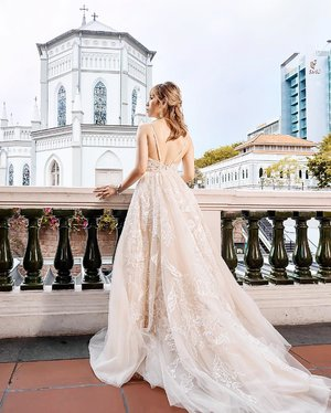 """𝐼 𝒽𝒶𝓋𝑒 𝒷𝑒𝑒𝓃 𝓁𝑜𝑜𝓀𝒾𝓃𝑔 𝒻𝑜𝓇 𝓎𝑜𝓊 𝒾𝓃 𝓂𝓎 𝒹𝓇𝑒𝒶𝓂 𝒶𝓃𝒹 𝓃𝑜𝓌 𝐼 𝒻𝑜𝓊𝓃𝒹 𝓎𝑜𝓊•"" . . . ✨ Photograher: @fermata_weddings ✨ Dress: @queenofheartssg ✨ Hairdo: @katherineseakx99 @99percenthairstudio ✨ M.U.A. : @ladies_journal @makeupby.fenny . . . #ladies_journal #bridalmakeup #bridal #bridalhair #ootd #fashion #bride #bridestory #weddingdress #wedding #weddinghair #photography #clozette #clozetteid"