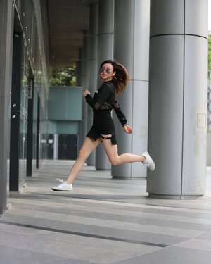 Major #throwback from 2017 photoshoot. It was hot day but fun 🌤  I don't when can do photoshoot again. Hope this pandemic is over soon. I wanna go on holiday and meet my friends 🤓  #ladies_journal #millenialsofsingapore #photoshoot #ootd #fashion #streetphotography #clozette #clozetteid #lookbook