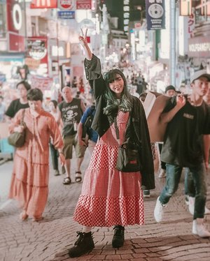 The busy Takeshita Street 💖 . . . 📷 @williamiskandar . . . . . #clozette #clozetteid #explorejapan #harajuku #takeshitastreet #japan #yunitainjapan #wheninjapan #travel #lookbook #outfit #ootd