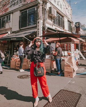 Main main ke Tsukiji Fish Market . . . 📷 @williamiskandar . . . . . #clozette #clozetteid #japan #wheninjapan #explorejapan #travel #tsukijifishmarket #yunitainjapan #ootd #lookbook #outfit