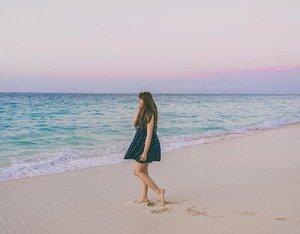 Blue sea & pastel sky 💖.....#exploresumba #sumba #manangaaba #manangaababeach #eastnusatenggara #wonderfulindonesia #pastelsky #clozette #clozetteid #ggrep #ggreptravel #traveldiary