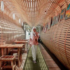 Salah satu cafe yang artsy lagi nih di Bandung, @equatorcoffeeandgallery . Lokasinya di sekitar Taman Sari Bandung. Banyak pakai unsur kayu, nuansanya cokelat natural. Konsepnya unik! ❤ Harga makanannya bisa dibilang sesuai lah ya sama rasa dan nuansa. Senengnya kalo kulineran di Bandung kita bisa dapet sesuatu yang beda disamping rasa dan kualitas makanan, seperti ambience dari konsep cafe/resto maupun view pemandangan yang ada. Jadi punya pengalaman baru atau minimal ada sesuatu yang bisa diingetlah dari tempat itu. Akhirnya enggak 'nyesel' atau 'sayang' juga ngeluarin uangnya 😅 . ........#Clozetteid #clozettedaily #Ootd #hootd #Lifestyle #style #Bandung #cafebandung #cafebandunghits #equatorcafe #bandunghits #bandungjuara #dsigninstagramable #dsignnettv #lifestyleblogger #travel #traveller #hijabtraveler #bloggerstyle #bloggerindo #explorebandung #cafedibandung #jarambahbandung #wisatabandung