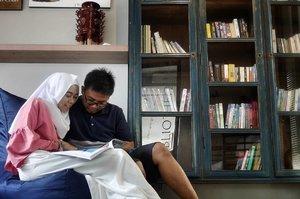 Gallery Library di hotel + mantan pacar = #NginepPastiSeru .  Aku dan mantan pacarku (alias suami 😊) suka cari inspirasi liburan, baik itu rekomendasi hotel, tempat makan, ataupun tempat rekreasi dari majalah-majalah travel. Kami sama sama suka baca, dulu waktu masih pacaran, salah satu tempat ngedate kita yaitu sebuah Library cafe di Bandung. We both love Library ❤  Waktu liburan kemarin, rasanya happy bangeetttt waktu tau hotel yang kita pilih via @traveloka itu ternyata ada library plus galeri juga. Jarang banget kan ada hotel yang menyediakan fasilitas ini. Supeerrrrr excited! 😍. Liburan jadi makin seru karena ga cuma stay di kamar, tp bisa menikmati quality time di sana *berasa nostalgia, hihii 😄 .  Location : Scala Bed & Beyond, Bali, Indonesia. @scala_bed_and_beyond_bali . . . #ClozetteID #lifestyle #clozettedaily #ceritadianari #diari26 #diarijourney #traveloka #scalabed #scalabedandbeyond #bali #balilife #balidaily #travel #library #hotelbali #hotelunik #lumix #lumix_id #lumixleica #lumixindonesia