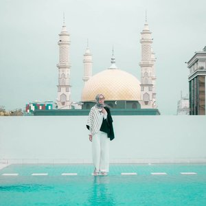 Jangan pernah memandang seseorang hanya karena rupanya, karena ketulusan hati tidak terdapat pada parasnya. Yaah bahasa jaman now nya mah 'don't judge a book by its cover' gitu ya.. selamat minggu 💙..........#clozetteid #clozettedaily #lifestyle #lifestyleblogger #ootd #hootd #hijabootdindo #hijabootd #travel #travelingwithhijab #hijabtraveller #debragabyartotel #DeBragaHotel #HoteldiBandung #HotelBandung #travelblogger #travelbloggerindonesia #indotravellers #indotravelblogger #lookbook #lookbookindonesia #lifestyleblogger #diannostyle #Lumixindonesia #Lumix_id #TakenwithLumix