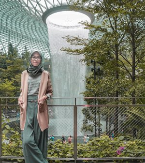 Let it flow ~   Happy weekend 💚 . . . . .  #clozetteid #clozettedaily #DiannoStyle #travelgram #singapore #singaporetravel #exploresingapore #singaporeinsiders #jewelchangiairport #travelblogger #hijabtraveller #diarijourney #throwback