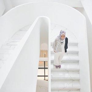 Siap menyambut weekend ~ yang mau liburan ke Bandung, bisa staycation di sini niih @debragabyartotel , salah satu hotel baru di Bandung yang desainnya kece, harganya aman di kantong dan fasilitasnya oke. Reviewnya lengkapnya menyusul yaa di blog dan youtube channelku. Sekarang mah follow dan subscribe dulu ajaa, hehe 😉 ..........#clozetteid #clozettedaily #lifestyle #lifestyleblogger #ootd #hootd #hijabootdindo #hijabootd #travel #travelingwithhijab #hijabtraveller #debragabyartotel #DeBragaHotel #HoteldiBandung #HotelBandung #travelblogger #travelbloggerindonesia #indotravellers #indotravelblogger #lookbook #lookbookindonesia #lifestyleblogger #diannostyle #Lumixindonesia #Lumix_id #TakenwithLumix