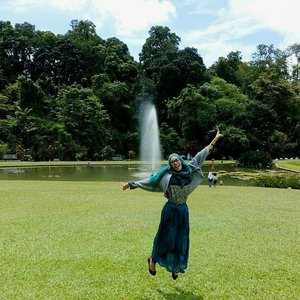 Happy new year! 🎊 Let's jump to start it 💃 Welcome 2017 💝 . . #clozetteID #newyear #2017 #life #starclozetter #clozettedaily #traveller #greeneries #indonesia #wonderfulindonesia #pesonaindonesia #travel #hijab #travelingwithhijab #hijabtraveller