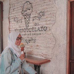 Ice cream atau gelato?  Kalo dari jaman kecil dulu belum kenal sama yg namanya gelato. Es krim favorit dari jaman baheula yaitu es krim cone Mcd yang harganya 1000 perak 😂 sekarang ada gelato, ku jadi lebih suka ini 😍 kalo kamu gimana? . . . . . . . . #clozetteid #lifestyle #lifestyleblogger #foodie #tempogelato #tempogelatojogja #gelato #gelatojogja #kulinerjogja #bloggerlife #bloggerindonesia #bloggerindo #jogjaculinary #instafood #bloggerlife
