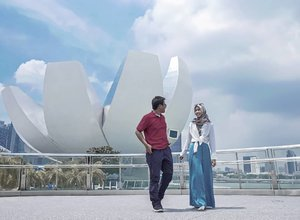 Biarpun outfit ga kompak, tapi langkah kita sama dalam mencapai tujuan. Semangatt! 💪 💙 . . . . . #ClozetteID #coupletraveller #life #lifestyle #travel #traveling #CeritaDianAri #DiariTravelJourney #DiariJourney #travelingsingapore #singapore #singaporeguidebook