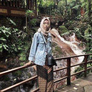 Jika kita percaya mimpi itu akan terwujud, berprasangka baiklah kepada Allah, Dia yg akan mewujudkannya di saat yg paling baik juga, inshaaAllah 💖.. Me on Denim feat batik. Yay or nay? .....#clozetteID #clozettedaily #dailyremainder #lifestyle #LifestyleBlogger #bloggerindo #bloggerlife #bloggerperempuan #indonesiantraveler #indotravelgram #indotravelblogger #hijabtraveller #travelingwithhijab #ootd #fashion #hootd #diannostyle #explorebandung #kampungdaunbandung #travelblogger #lookbook #lookbookindonesia