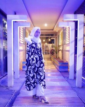 Transition. .📸 @ariright ....#clozetteid #clozettedaily #monochrome #fashion #ootd #hootd #fashionstyle #style #modestfashion #modest #modeststyle #ilook #whitestyle #whiteonwhite #blackandwhite #blogger #bloggerindo #fashionblogger #bloggerindonesia #indonesianblogger #indonesianfemaleblogger #indonesianhijabblogger #ihblogger #indofashion