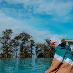 Pengennya sih nyemplung, tapi ga bawa baju renang 😥 apalagi kolamnya air hangat, plus view di depan banyak yang hijau-hijau, mashaaAllah, nikmat Tuhan mana lagi yang Engkau dustakan. Relax banget stay di @swissbelresortdago 🧚♀️ . Travelling ke Bandung bisa coba nginep 1 malem di sini, tapi awas jadi ketagihan ya 😄  fasilitas kamar dan hotelnya udah aku review di youtube dan blog. Yuk mampir ke beaufavele.com atau youtube Dian Nopiyani. See you there 💕 . . . . #ClozetteID #clozettedaily #DiariTravelJourney #DiariJourney #travelgram #hotelbandung #hoteldibandung #swissbelresortdago #swissbelresortdagoheritage #ReviewHotel #hotelindonesia #travelblogger #traveling #travelingindonesia #explorebandung #bandunghits #lifestyle #bloggerlife #indotravelgram #indotravellers