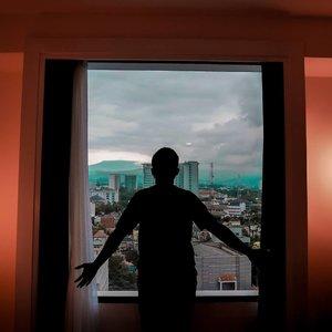 Jarang banget capture suami yang (hampir) selalu enggak mau difoto sendiri *maunya berdua 😂. Jadi kalo lagi pegang kamera, candid aja dh 😁 kebetulan lg dapet view yang bagus dari kamar kita di @debragabyartotel. Lokasinya di lantai 11 yg menurutku ini udah tinggi bangettt. Hotel ini salah satu yg baru di Bandung. Lokasinya di Jalan Braga, tinggal nyebrang sampe ke Gedung KAA. Jalan dikit lagi udah alun alun Bandung. . Desainnya banyak nuansa monochrome, yg simple tapi dibuat elegan. Kamarnya khas artotel yg unik. Penasaran kayak gimana?? Review dan room tournya udah ada nih di youtube channelku. Linknya bisa langsung di klik di bio ya 👆 . Selamat hari minggu ~ salam staycation 💗 . . . . . #debragabyartotel #debraga #DeBragaHotel #clozetteid #clozettedaily #reviewhotel #HotelBandung #HoteldiBandung #reviewhotelbandung #beaufavelebydian #beaufavele #traveller #hijabtraveller #travelingwithhijab #travelblogger #indotravellers #indotravelblogger #lifestyleblogger #lifestyle #staycation #staycationbandung #diarijourney #diarijourney2019 #diaritraveljourney #Lumix_id #TakenwithLumix