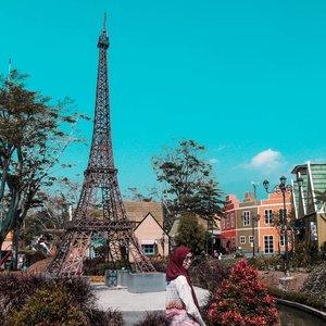 """Belum pernah ke Paris tapi bisa ngerasain ambiencenya di sini 😂  @devoyagebogor bisa jadi salah satu alternatif liburan buat kamu yg mau ngerasain liburan ala eropa-eropaan 😊 Ngajak si kecil juga bisa banget, ada tempat mainannya juga di dalam. Info lainnya cek stories aku ya di highlight """"Bogor"""". Selamat minggu. Bahagia selalu 💕 . . . . . . . . . . . . #clozetteid #clozettedaily #Holiday #Vacation #Bogor #explorebogor #WisataBogor #devoyagebogor #devoyage #devoyagebogornirwanaresidence #bogorhits #style #lifestyle #lifestyleblogger #blogger #bloggerstyle #bloggerlife #travel #travelphotography #travelgram #traveller #hijabtraveller #Indonesia #wonderfulindonesia #travelingwithhijab"""