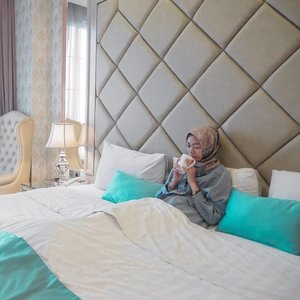 Katanya nge-teh sebelum tidur bisa bikin tambah relax, bener enggak sih? Mitos atau fakta yaa? 🤔 . . . . . #ClozetteID #clozettedaily #Life #lifestyle #indotravelgram #indotravellers #hijab #hijabtraveller #indonesianfemaleblogger #ParkViewHotel #ParkViewHotelBandung #hotelbandung #hotelinstagramable #hoteldibandung #travel #travelgram