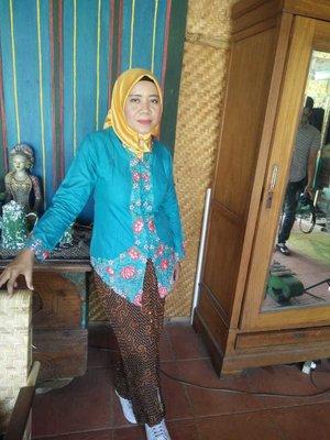 Berkebaya tak harus pakai klompen kan? #myOOTD #casualKebaya #KebayaModern #Kartinimasakini #Casualshoes #kets #sneakers